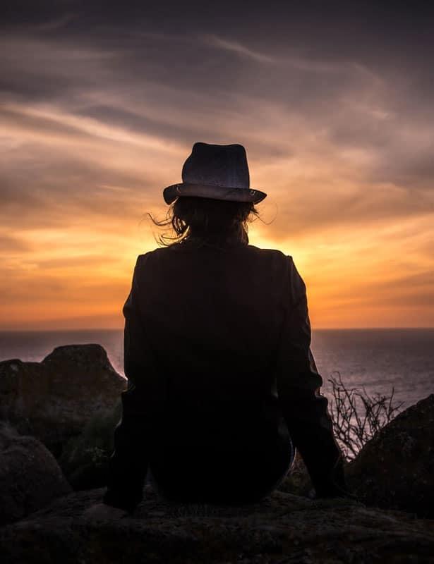Donna che guarda un tramonto