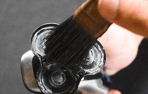 pulire la testina con una spazzolina